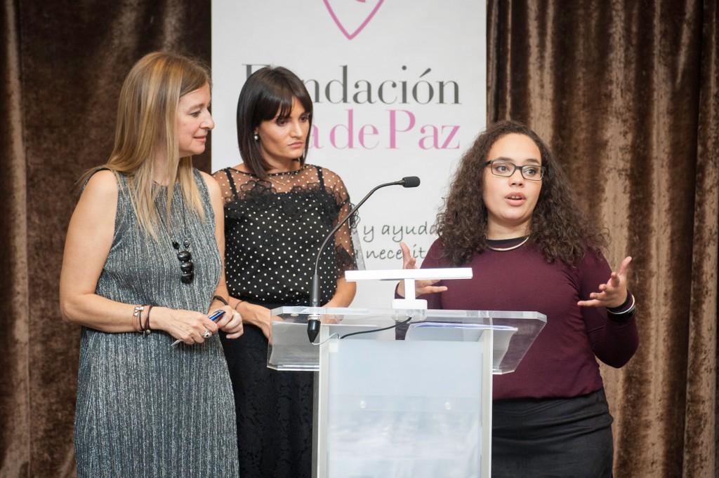 Darina M Guerrero Pérez agradeciendo el premio