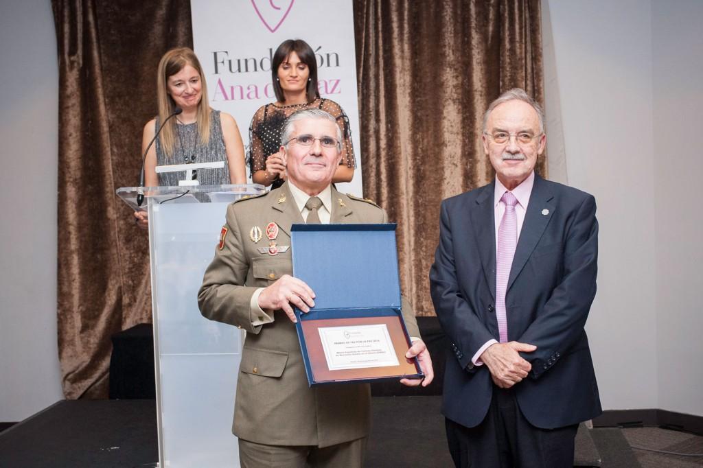El general José Conde de Arjona recoge el Premio de Paz por la Paz 2016 en la categoría de Instituciones Publicas, para FINUL. Entrega el Premio el Dr. José Carlos Mingote, patrono de la Fundación