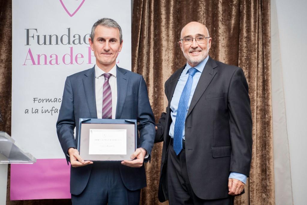 D. Eduardo Baviera, recoge el premio de Paz por la Paz 2016, categoría empresa con RSC, para Clínicas Baviera. Entrega el premio Jesús Hernández Manso, presidente de la Fundación