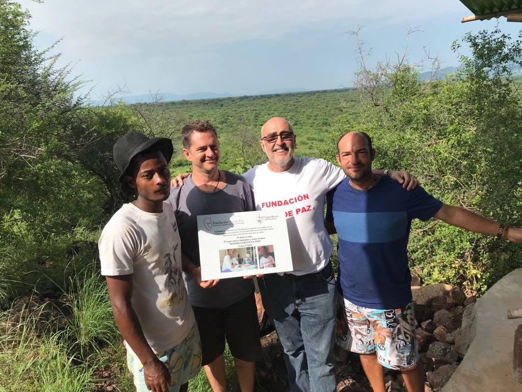 De izquierda a derecha, el construcctor del pozo en Etiopia, el padre Ángel Valdivia, Jesús Hernández y el padre David Escrich