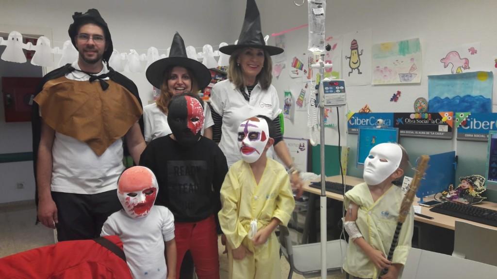 Voluntarios de la Fundación Ana de Paz celebrando en el Hospital 12 de octubre de Madrid Halloween con los niños ingresados