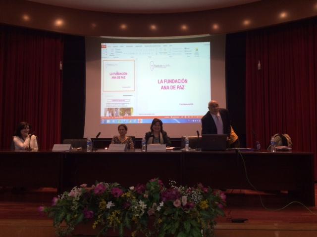 El Dr. Hernández Manso, presidente de la Fundación Ana de Paz, durante su intervención